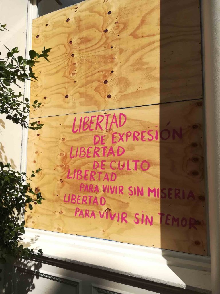 nycmoments_soho_storefront_board_art_libertad